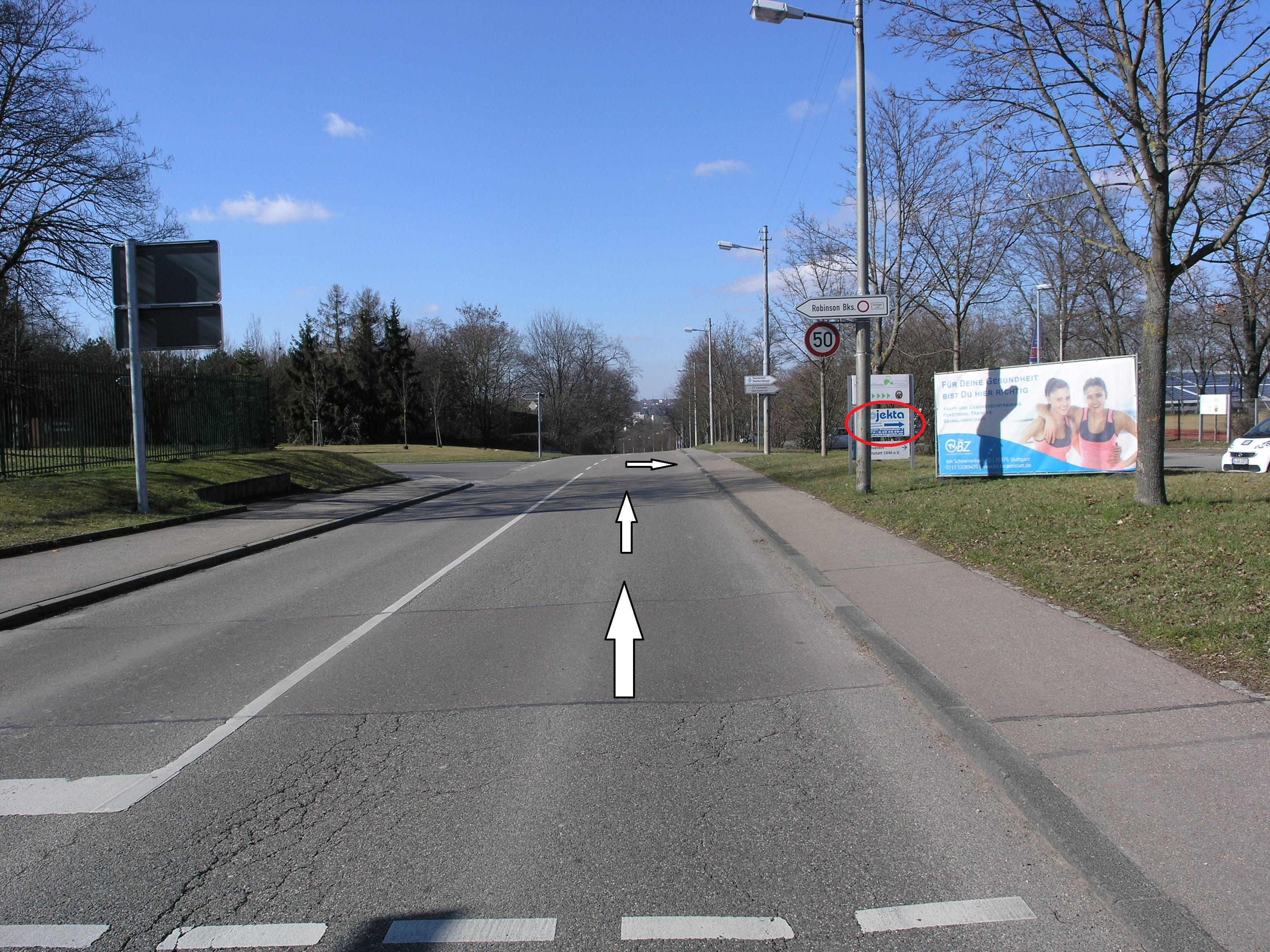 """An der Robinson Baracks Elemtary/ Middle School, die Straße """"Am Wolfsberg"""" Richtung """"Schozacherstr."""" fahren."""