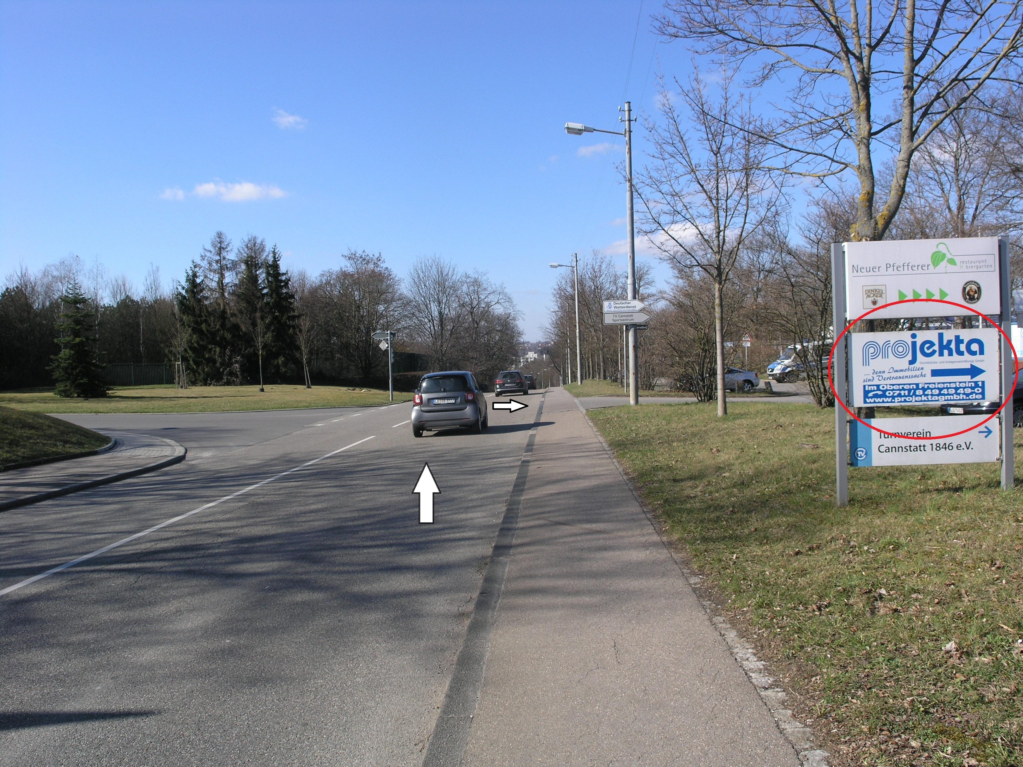 """Nach dem """"Projekta"""" Schild rechts auf die Straße abbiegen, die zum Turnverein führt."""