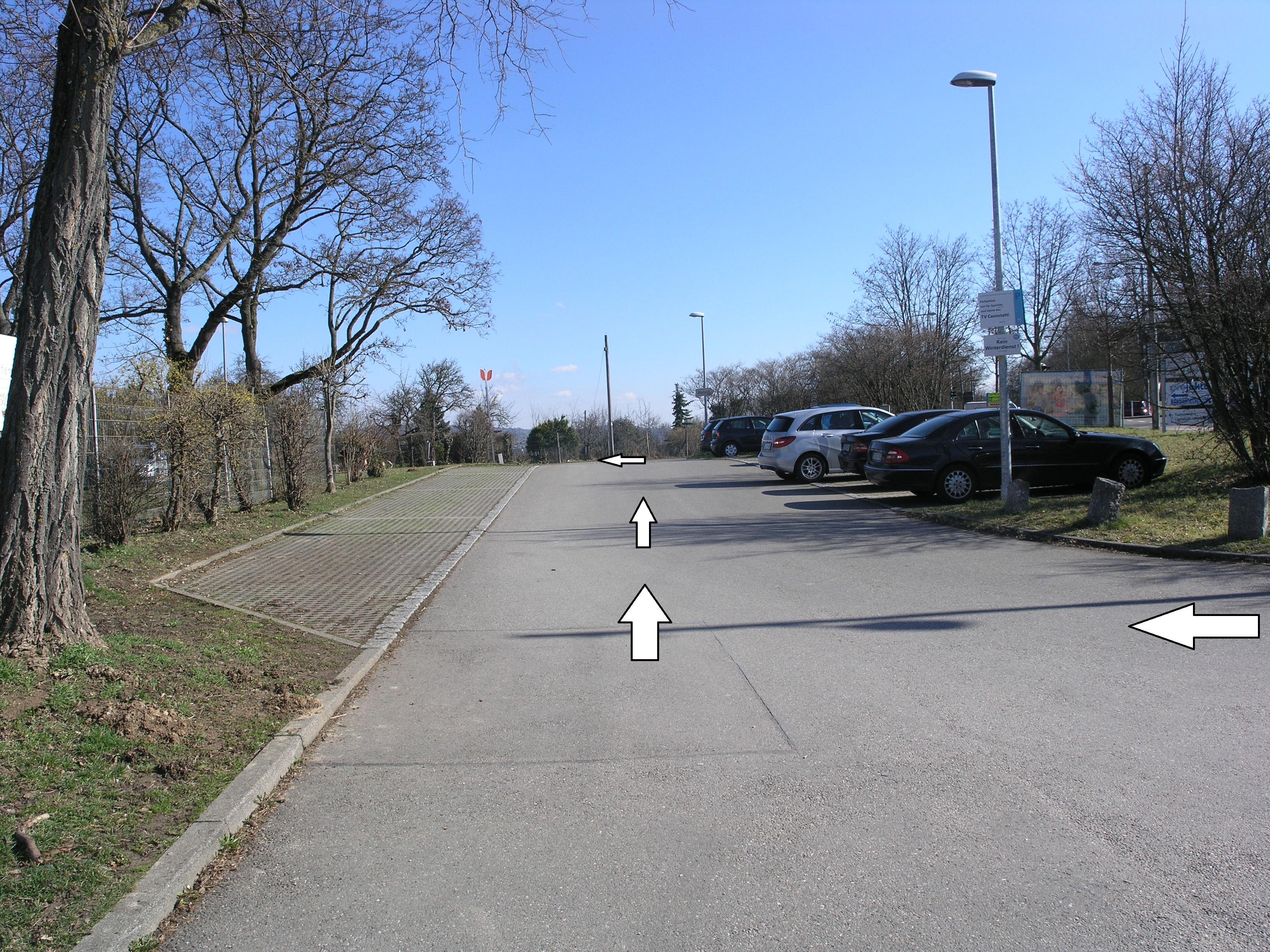 Nach dem abbiegen, fahren Sie links weiter und folgen der Straße.